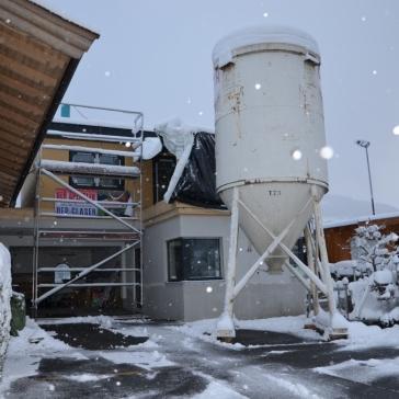 Behelfsdach auf Südterrasse hinter dem Silo für Estrich bei anhaltendem Schneefall